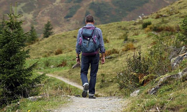 un homme faisant une randonnée seul