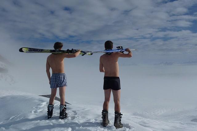 des hommes torse nu en bottes dans la neige