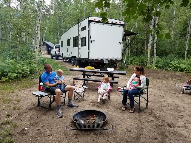 une famille qui fait du camping avec un bébé
