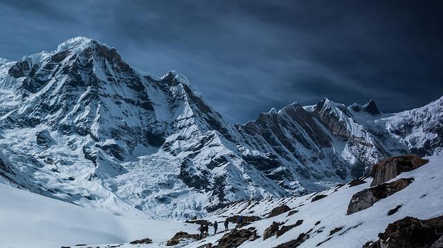 neige sur des montagnes hautes