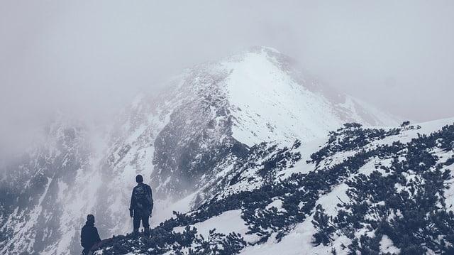 deux randonneurs en haut de sommet