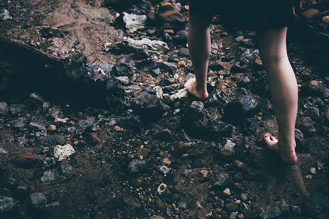 femme pieds nus dans les roches