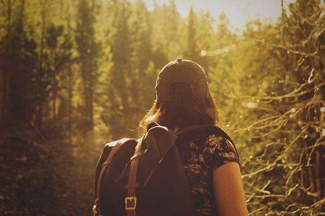 femme en robe pour une randonnée