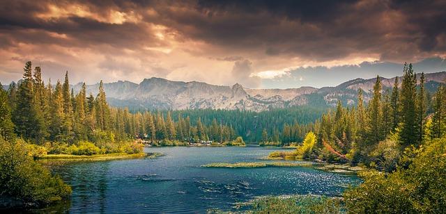 une large rivière en montagne