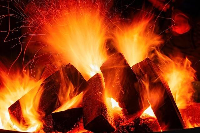un feu allumé