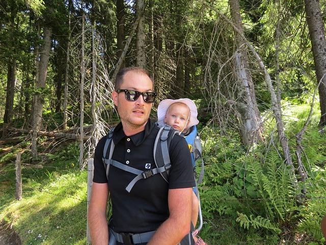 homme avec un porte bebe