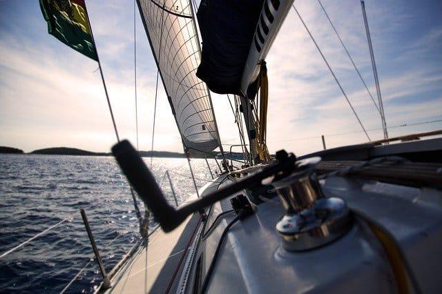 voilier voguant sur l'eau