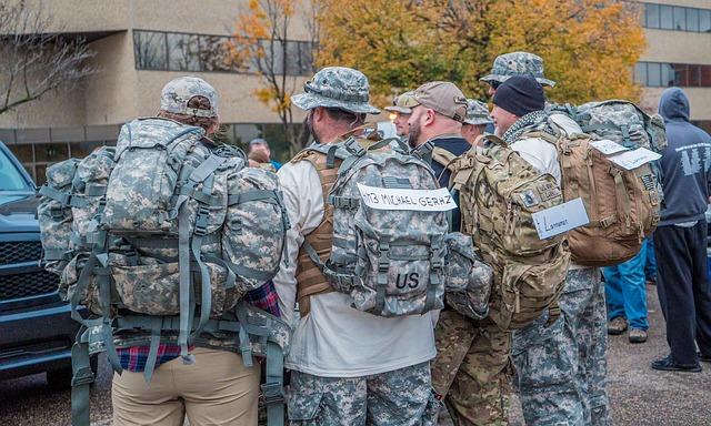 hommes avec des sacs militaires