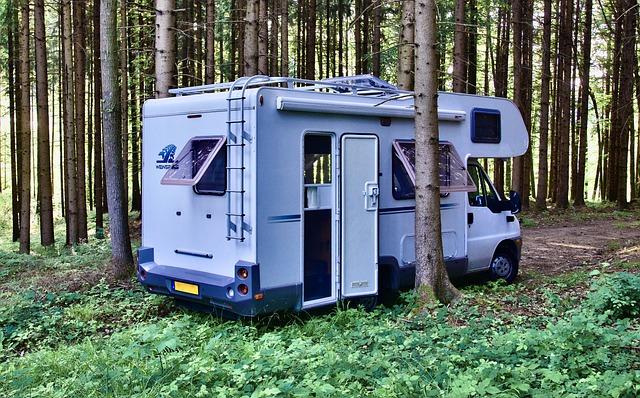 camping car garé dans la forêt