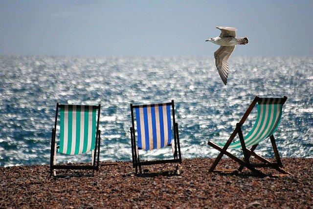 trois chaises de plage devant la mer