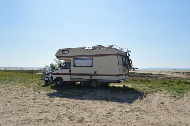 camping car devant une plage bretonne