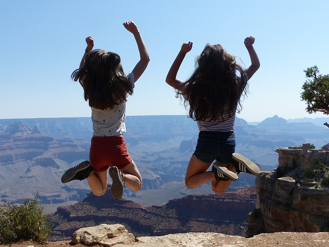 deux étudiantes heureuses