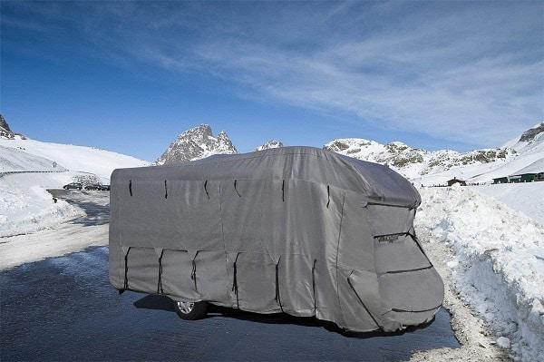 housse de protection de camping car à la montagne