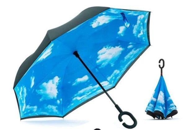 parapluie inversé bleu ciel