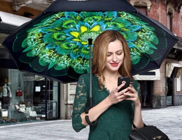 femme avec un parapluie inversé vert
