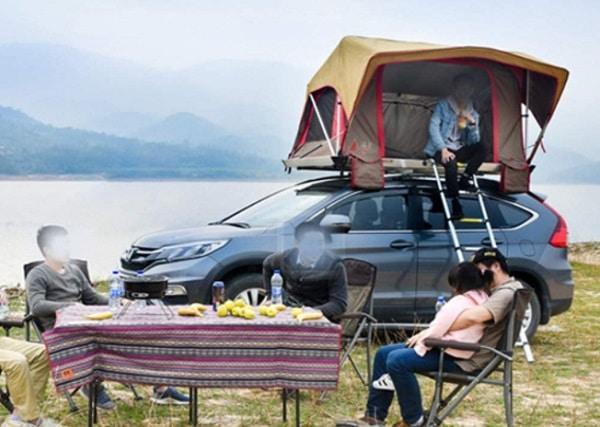 groupe autour d'une tente de toit
