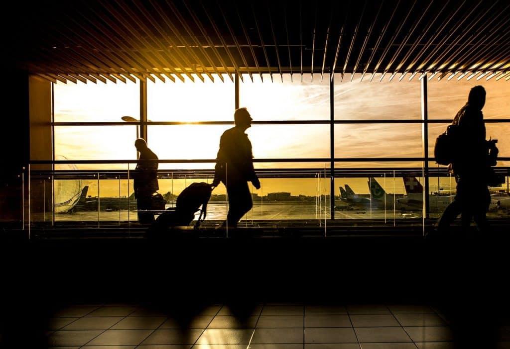 des voyageurs à l'aéroport